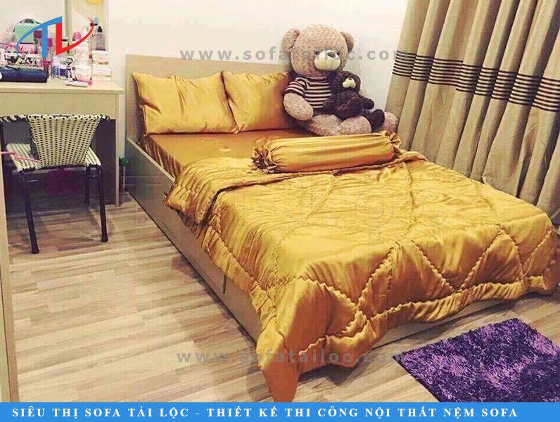 Chăn ga lụa màu vàng khiến căn phòng rực rỡ và nổi bật. Màu vàng cũng là gam màu quen thuộc trong các thiết kế nội thất bởi sự ấm áp, gần gũi mà nó mang đến.