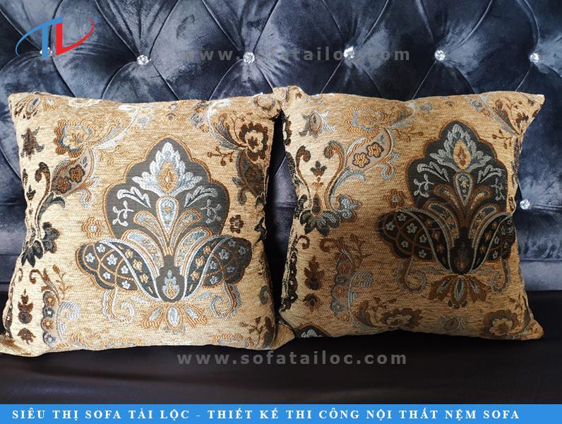 Gối ôm hoa văn với gam màu đậm chất cổ xưa hòa cùng họa tiết cách điệu sang trọng mang đến vẻ đẹp cuốn hút đầy ấn tượng