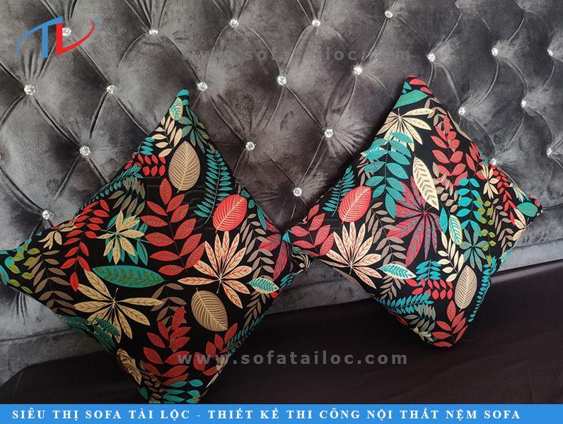 Gối sofa hoa văn đẹp là điểm nhấn giúp bộ ghế sofa nhà bạn thêm thu hút.