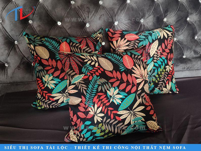 Gối trang trí sofa hoa văn họa tiết hoa lá có rất nhiều mẫu mã với nhiều tông màu sắc khác nhau mà khách hàng có thể lựa chọn tại cửa hàng.