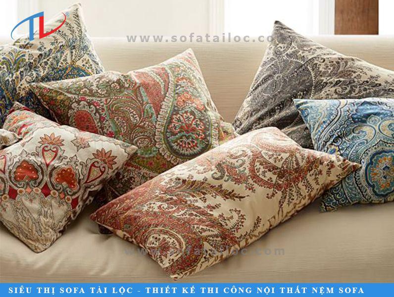 Gối trang trí hoa văn paisley mang nét đẹp hoài cổ và ấn tượng với đa dạng sắc màu
