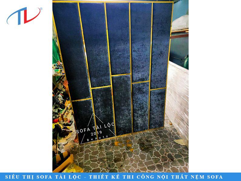 Tấm nỉ ốp tường phối hợp với khung inox mạ vàng là một lựa chọn hoàn hảo để bạn nâng tầm không gian sống