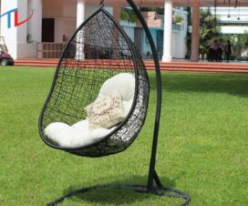 Ghế xích đu cao cấp hình giọt nước đặt ngoài sân vườn